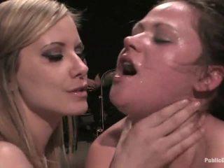 Babe gets humiliated oleh perempuan simpanan dalam stoking