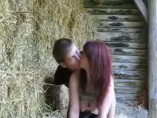 מזיין ב a barn תוך אבא sleeps וידאו