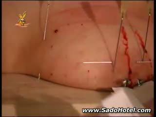 Slaaf removing haar mees needles