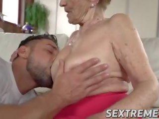 Saggy vecmāmiņa mugur malya receives sejas masāža pēc plowing