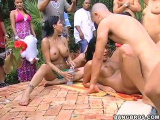 Ulkona naida fest mukaan the altaan