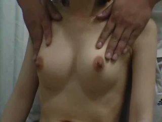 Adoleshent climax me një breast masazh