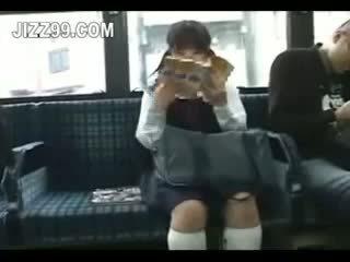 Gadis sekolah seduced kaki fucked oleh geek pada bas