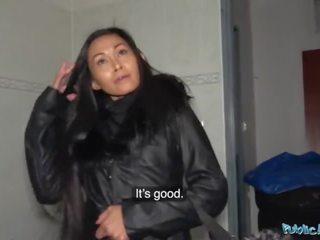Publiek agent heet thai beauty geneukt hard in geil gas station toilet neuken