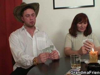 Desvistiéndose póquer leads a duro trío