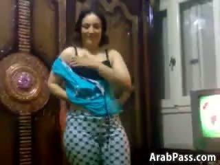 Chutné a curvy arab kočka stripping