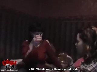 Koppel fucks in de steamy badkamer video-