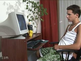 B-y oglądanie gej wideo i stroking od