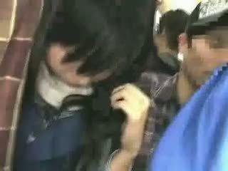 女学生 摸索 由 stranger 在 一 crowded 火车 08