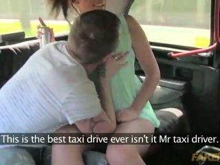 Koppel gets frisky in een taxi in publiek