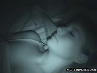 Seksual gurjak fingered in sleep
