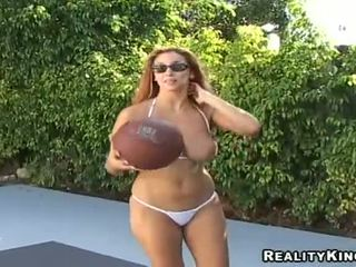 Jelena jensen playthings basketbols un reveals no viņai labs bust ārā no doors