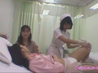Pacients skūpstošie ar viņai draudzene getting viņai ķermenis washed bumbulīši rubbed līdz the medmāsa par the gulta uz the slimnīca