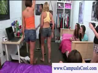 Cfnm hogeschool kuikens gives freshman een heet klap baan