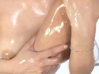 Caldi oliata asiatico milf maria enjoys petting
