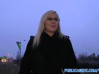 Publicagent на открито чукане с секси блондинки в очила