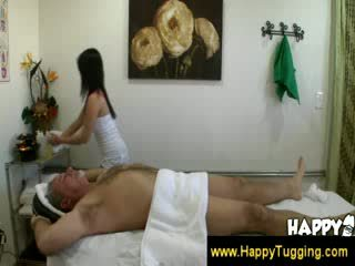 Oud man gets een gelukkig ending masaage