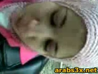 Arab pusaudze zīst dzimumloceklis