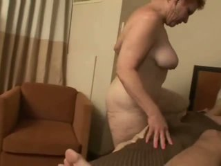 Uzbudinātas vecmāmiņa rides a dzimumloceklis dziļi uz viņai sulīga vāvere