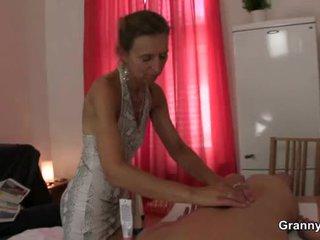 Γριά masseuse gets αυτήν μαλλιαρό απάτη pounded