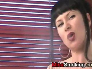 Viņa loves līdz smoke cigarettes
