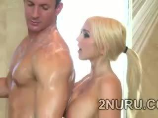大きい stacked 金髪の人 seduces hunky perv で ザ· シャワー