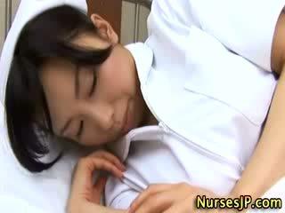 Japans aziatisch verpleegster betast door haar patiënt