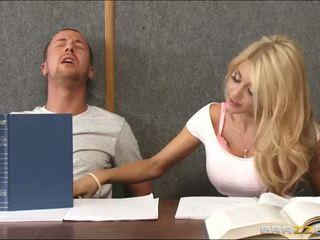 Walenie a napalone blondynka wewnątrz klasa