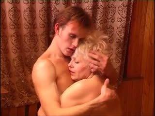 Moden kvinde & ung fyr (6 - vene porno & taani pealkiri)