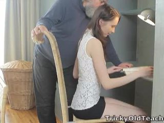 Tricky senas mokytojas: laimingas senas mokytojas fucks jos saldus pyzda sunkus.