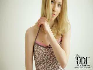 Сладъл camila strips & seduces