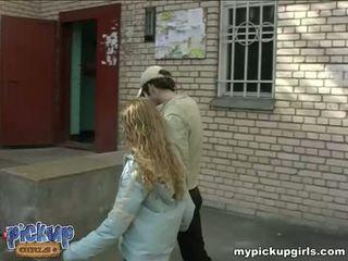 Jong curly-headed sucks de lul in de nearest entrance video-